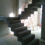 Ломанная «Зеркальная» монолитная лестница с разворотной площадкой. Посёлок Нижняя Ельцовка.