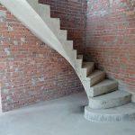 Монолитная Г-образная бетонная лестница с поворотными пригласительными забежными ступенями. п. «Берёзки Элитное»