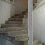 Монолитная бетонная лестница, без площадки с забежными ступенями и разворотом на 180 градусов. г. Кемеров, Греческая деревня.