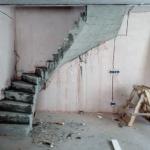 """Бетонная монолитная лестница с забежными поворотными ступенями (село """"Новолуговое"""", микрорайон """"Берёзки 2"""")"""