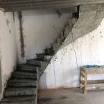 Монолитная бетонная лестница с забежными ступенями с 2мя поворотами. Посёлок «Берёзки Элитное»