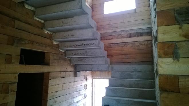 Бетонная лестница в деревянном доме.